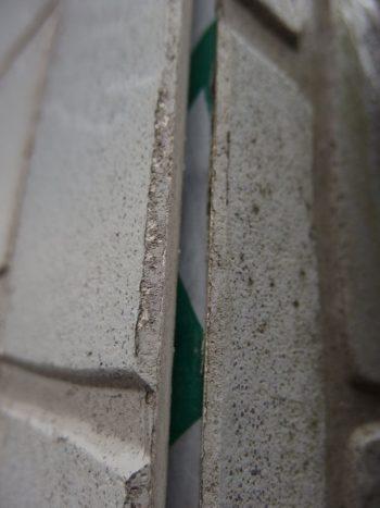 サイディングパネルの亀裂から見えている防水シート