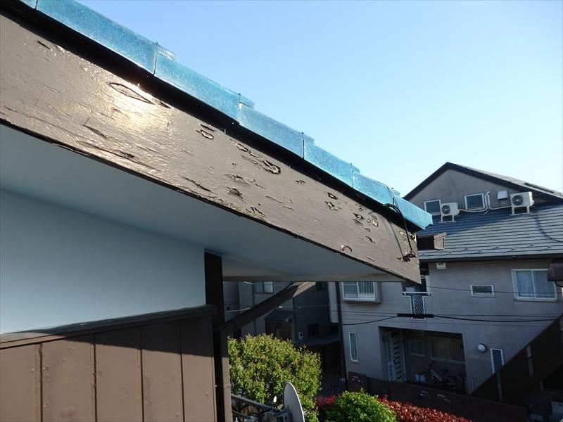 こちらの破風板は膨れた部分が裂けて、はがれ始めたところが散見されます。