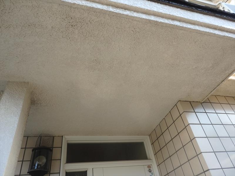 軒裏部分に汚れによる色ムラが目立ちます。