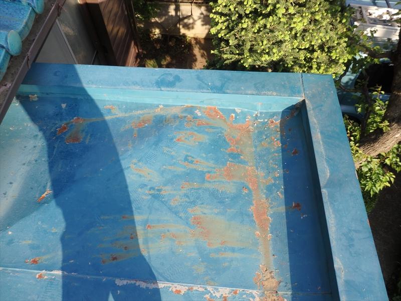 トタンのひさし部分では、あちこち塗装がはがれています。