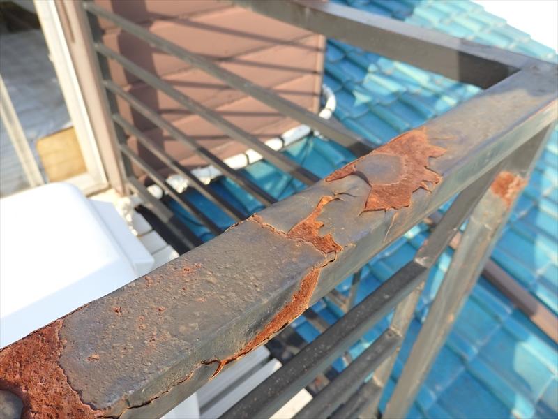 ベランダの手摺部分は塗膜がはがれて錆びついていました。