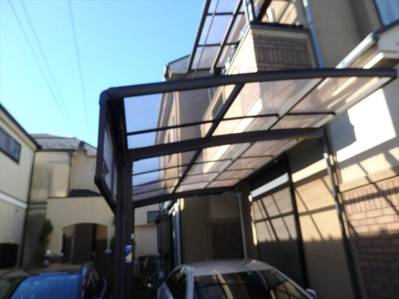カーポートが外壁やベランダの軒裏に近く、屋根を取り除かないと足場を建てることができません。