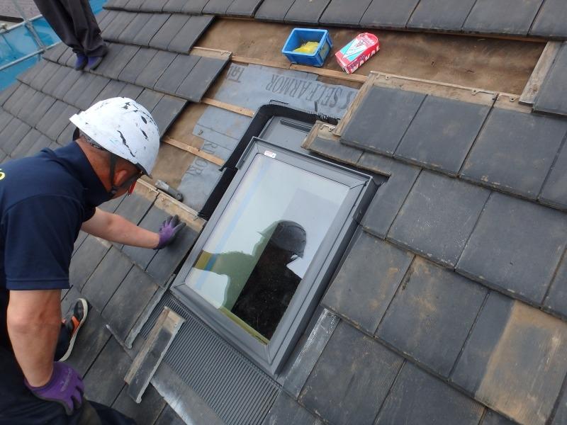 交換が終わった後は慎重に屋根瓦をもとに戻していきます。