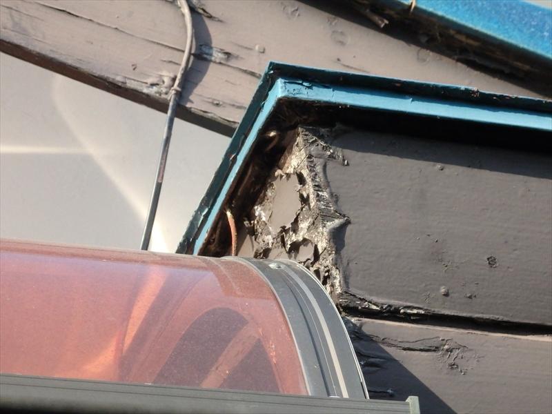 破風板部分が角の部分からはがれていました。