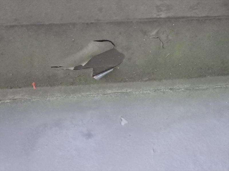 ベランダの内樋部分の防水塗膜がはがれています。