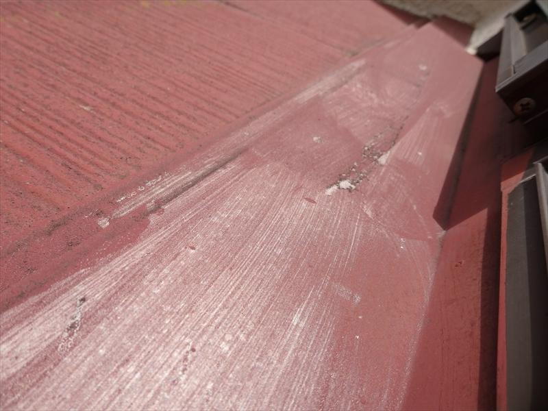 棟板金部分が擦れたような汚れがついています。