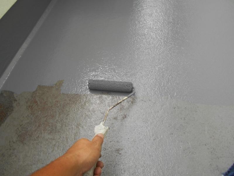 ベランダ全体に防水塗料を塗装しています。
