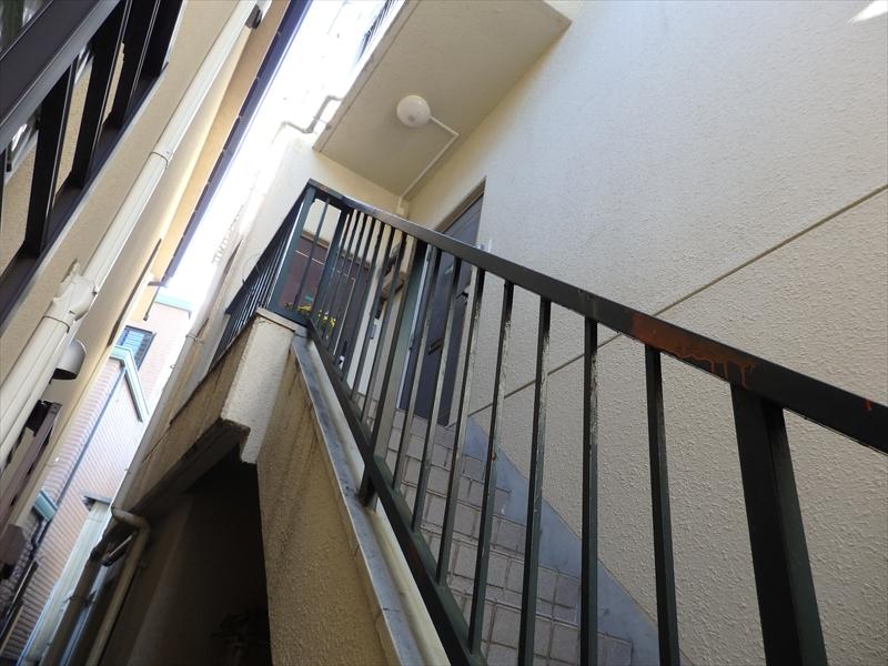 階段の手すり部分が赤と白の何かがついていますが、サビやはがれではなく塗料のようです。