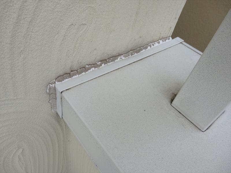 笠木と外壁の境目のシールが劣化して隙間ができていました。