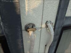 エアコン配管の貫通孔(スリーブ穴)のパテが剥がれていました。雨漏りが心配です。