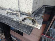 外壁1階と2階の間にある帯板は劣化が激しく、破損・崩落している部分もあります。