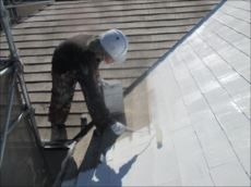 屋根の下塗りです。 マイルドシーラーEPOというスレート屋根用のシーラーです。