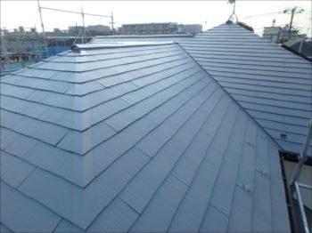 施工後の屋根です。 塗膜が剥がれて痛々しい状態でしたがきれいに輝いています。