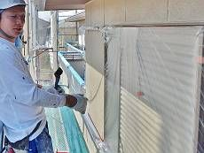 外壁の窓枠、サッシ、手すり等を養生します。