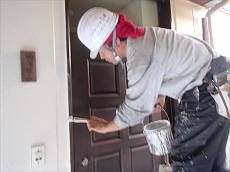 玄関扉廻りを塗装中。