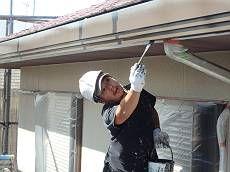 雨樋は既存に近い茶系の調合色で塗装。