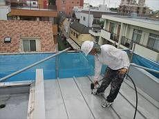 屋根を洗浄中。