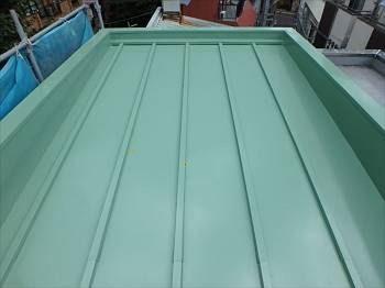 施工後の屋根です。遮熱塗料のサーフグリーンで塗装。目立たない作りの為色には余りこだわらず、遮熱の機能性を重視した色に塗り替えています。