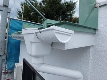 雨樋は外壁と同色に塗り替え。