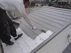 屋根の中塗りの様子。 遮熱性能の高いグレーになります。