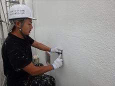 洗浄後、過去行った外壁のクラック処理の痕をカッターで削り下地を処理。