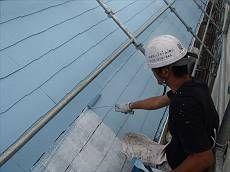 中塗り・上塗りを塗装中。外壁に合わせたネイビー色で塗装。