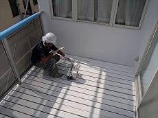 汚れをしっかりと取り、下塗りを始めていきます。