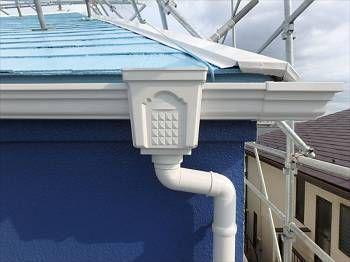 雨樋は既存色の白で塗り替え。ブルーへのアクセントに効いています。
