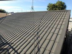 セキスイハイムならではの特徴のある形状の屋根材です。