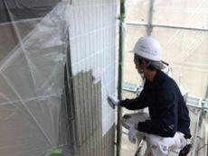 施工開始です。外壁の下塗りです。