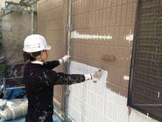 外壁の中塗りです。丁寧に塗装していきます。