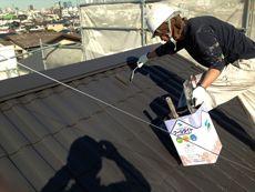 屋根の上塗り塗装です。どんどん綺麗になっていきますね。