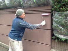 塀の下塗りです。塀も見違えるように綺麗にしていきます。