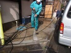 駐車場の土間も綺麗に洗います