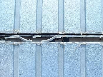 T様邸の外壁改修のポイントである、サイディングの落下場所隙間です。