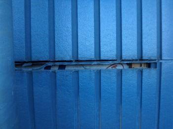 シール工事前の様子 サイディングの下地(透湿防水シート)が見えてしまう程開いていました