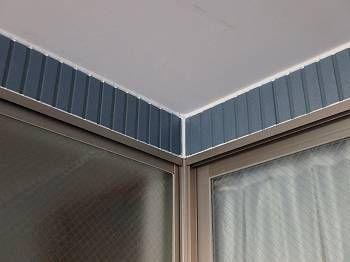 シール工事(車庫内) シールの様子。 天井部分と外壁部分も大切な部分です。 こんな所は雨が掛らないと油断をしていると、台風の時などに雨が吹き込んで雨漏りしてしまうそうです。