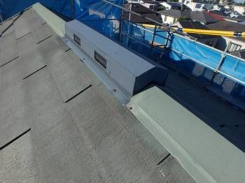 T様邸の屋根は元々グリーンでした。 それを今回は、流行のグレー色に変更します。 屋根の色は今後グレーが流行しそうです。 【関連コラム】→ 遮熱塗料の効果を高めるグレーの屋根のメリット・デメリットとその実例