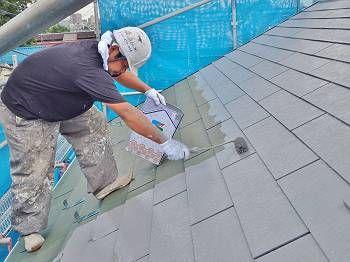 クールタイトSiはマイルドシーラーEPOより配合比が簡単で助かります。 各半分ずつなので3.5kgと1kgで混ぜてから塗ります。 屋根の中塗り塗装(SK化研クールタイトCLR-106)