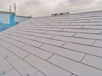 中塗りが終わった後の屋根です。 下塗りと中塗りの乾燥時間は、メーカーカタログ上では3時間となっています。 今日は下塗りを朝から始めたので午後から中塗りを行いました。 もっとも、真夏の屋根ですから、塗ったそばから乾いてしまいます。
