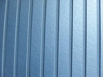 今回下塗り塗料で使ったエスケーハイブリッドシーラーEPOは、最新の下塗り塗料です。 T様邸の外壁サイディングは写真のようにメタリック調です。 そこで、今まで使っていたマイルドシーラーEPOでも大丈夫だとは思いましtが、よりも強力な密着力のエスケーハイブリッドシーラーEPOを選びました。