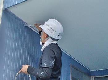 軒裏の天井と外壁の見切りの部分も丁寧にハケで塗装して仕上げます。