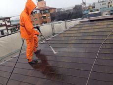 屋根がとても汚れていたので水で洗います。