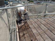 汚れをとり、屋根の下塗り作業です。