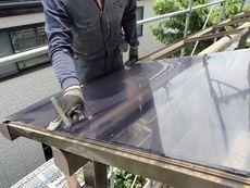 バルコニーに設置されたアルミテラス屋根のパネルを交換しています。