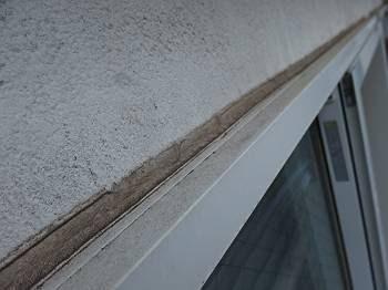 雨漏りと関係ない窓枠にもシールが施されていて、もしかしたら引き渡し前にも雨漏りがあったかもしれない、と思ってしまいそうです。