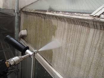 外壁の高圧洗浄。 コケが見事に落ちていきます。