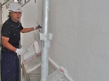 外壁の中塗りの様子です。 ハケとローラーを駆使して作業します。