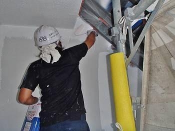外壁の中塗りです。 軒裏を丁寧に塗装しています。