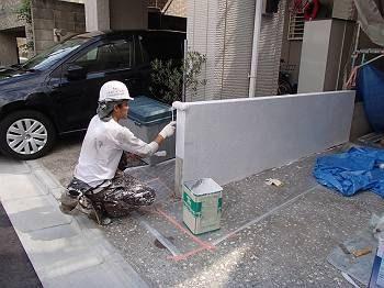 朝一番で養生をして塀塗装の下塗りをします。